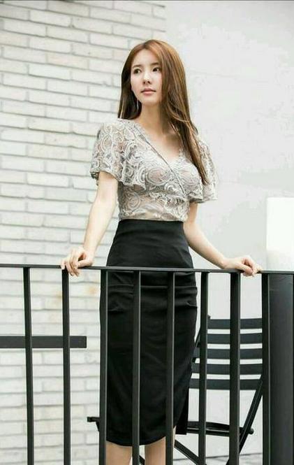 街拍美女镂空蕾丝裙图片 性感蕾丝勾勒出完美身材