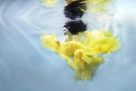 何穗最新写真大片曝光 身穿高定纱裙在水中独舞仙气十足