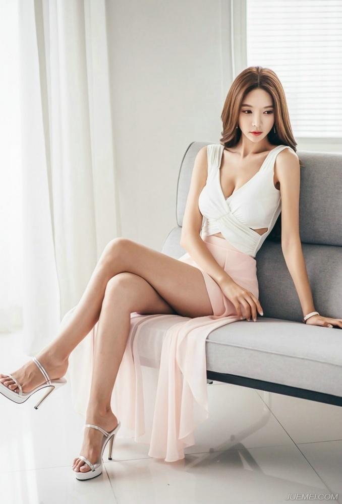 尤物女神私房白皙美腿写真