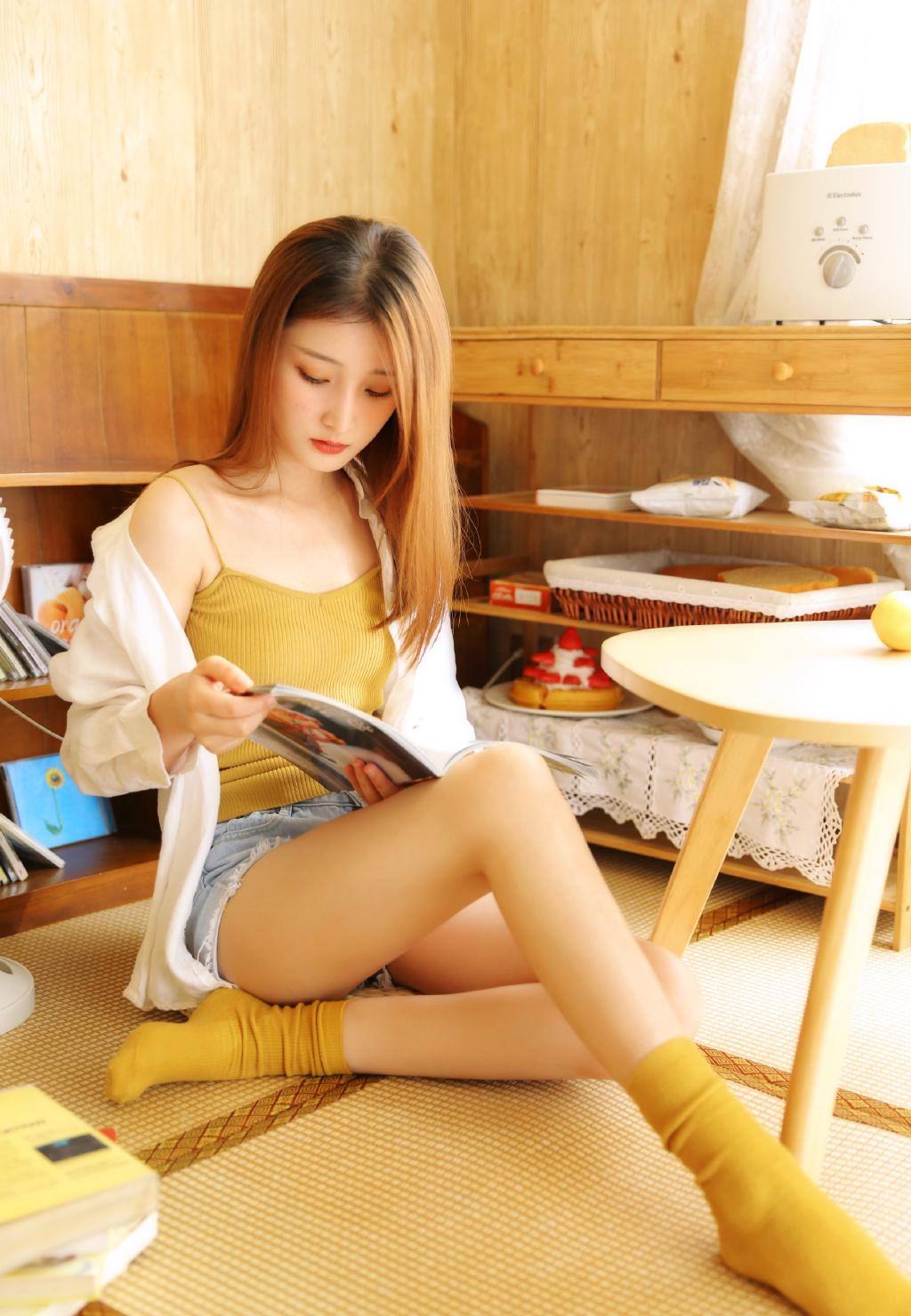 骨感清纯热裤美女写真  修长美腿超吸睛