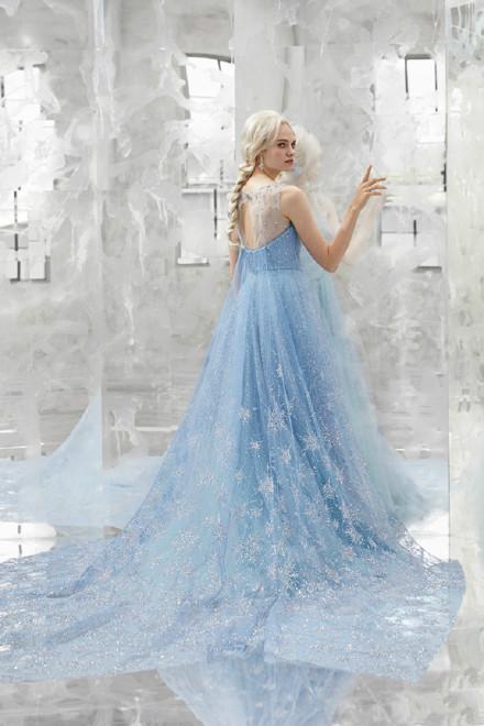 迪士尼推出冰雪奇缘同款婚纱 被艾莎版的婚纱美晕了
